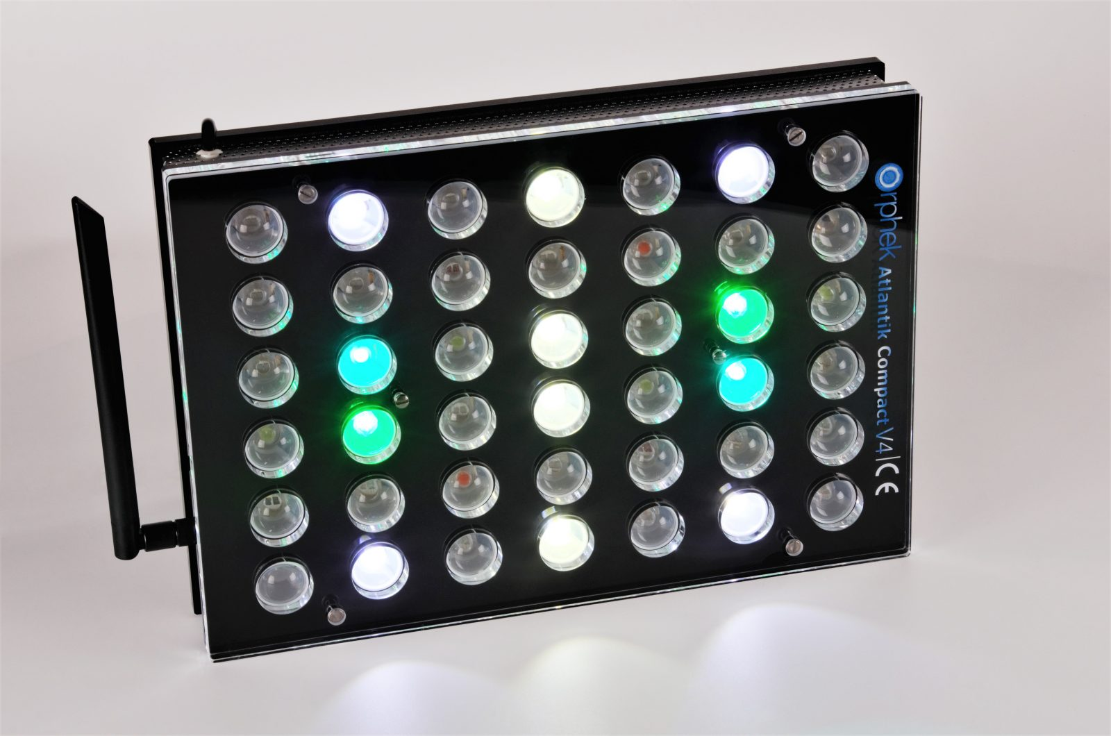 Orphek-Aquarium-LED-Iluminación-Atlantik -Compact-V4-light-on-channel 1