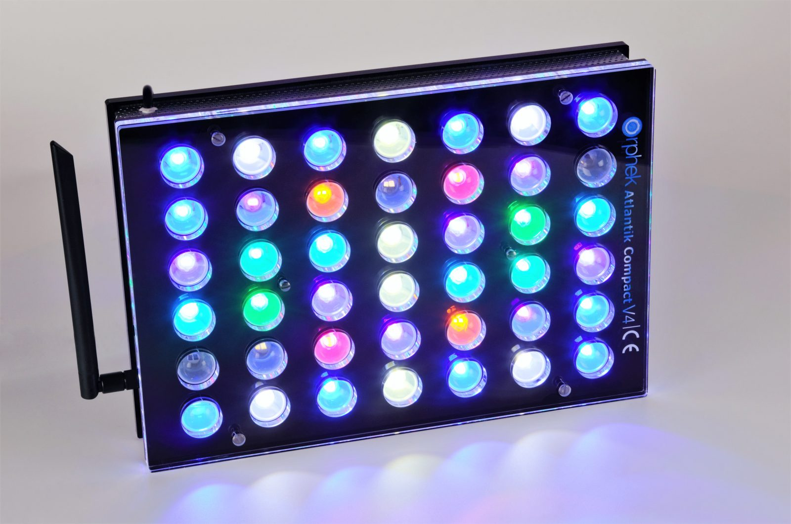 Orphek Aquarium LED Lighting Atlantik Compact V4 lig op kanaal 1 + 2 + 3 + 4