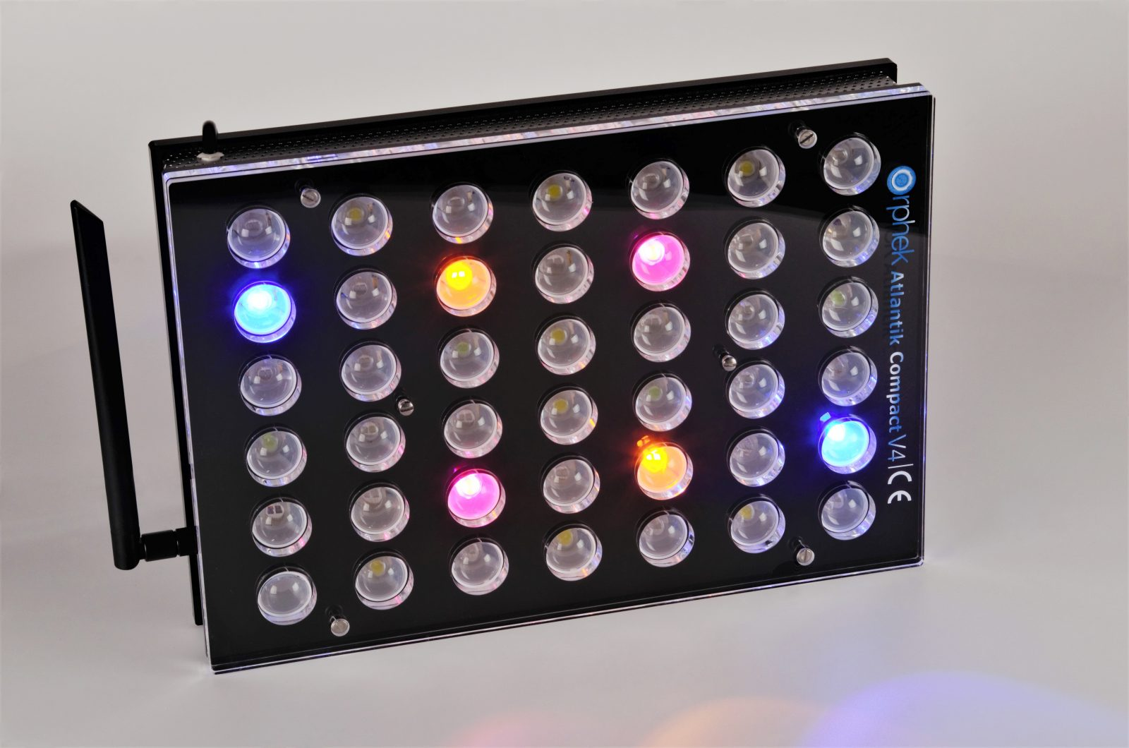 Orphek-Aquarium-LED-Lighting-Atlantik -Compact-V4-licht -on-kanaal 4